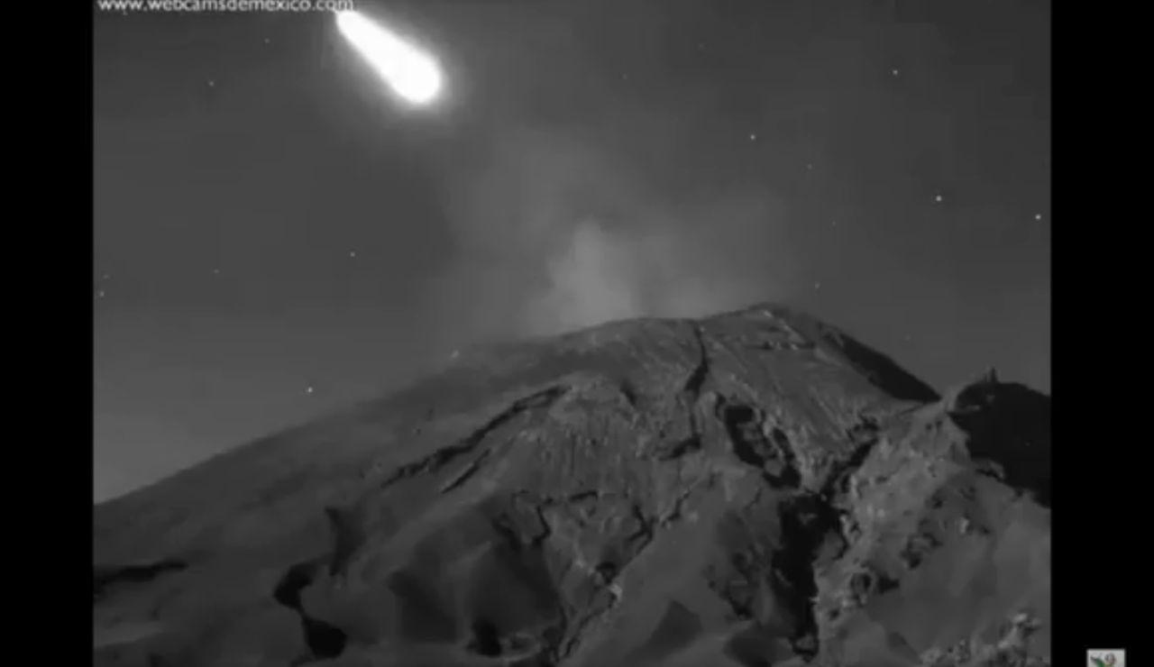 Imagen del paso del meteorito 2019UO sobre el volcán Popocateptl
