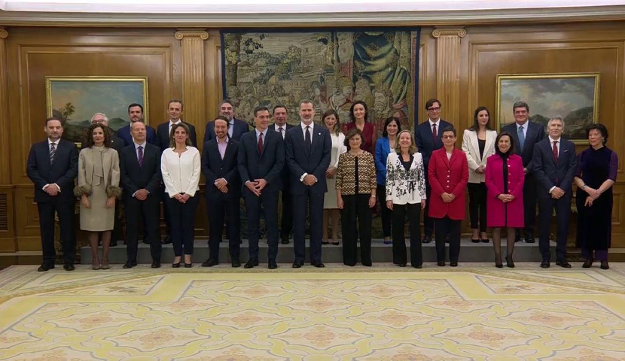 """El Gobierno de coalición, con """"ministras y ministros"""", promete su cargo ante el rey"""
