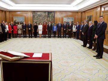 Los ministros del nuevo Gobierno momentos antes de jurar o prometer ante el rey