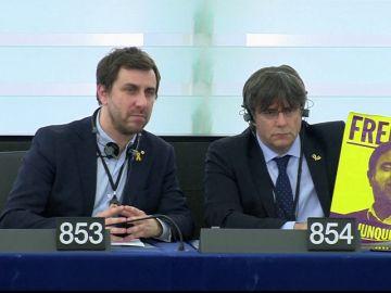 Puigdemont y Comín exhiben una pancarta de 'Free Junqueras' en su estreno en el Parlamento Europeo