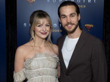 Melissa Benoist y Chris Wood en la fiesta de 'Supergirl'