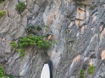 Aparatoso rescate de un paracaidista en Tailandia