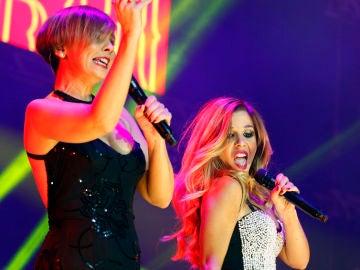 Chenoa y Natalia durante una actuación