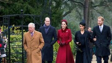El príncipe Carlos, sus hijos Guillermo y Harry, Kate Middleton y Meghan Markle