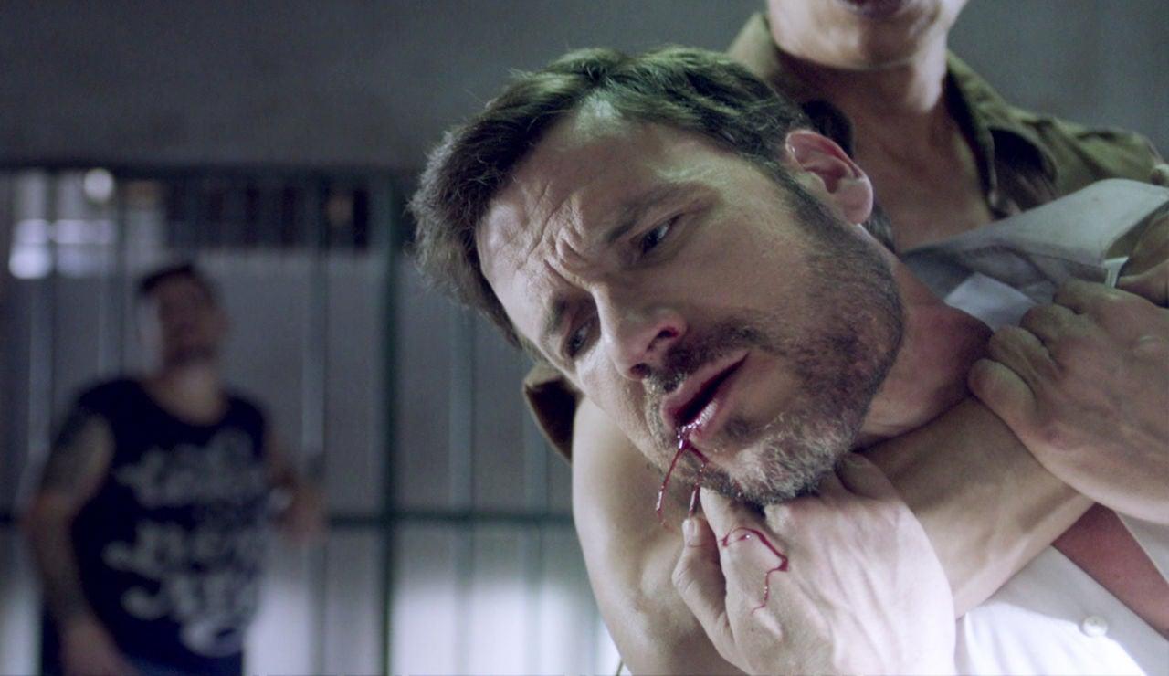 Antonio se enzarza en una brutal pelea dentro del calabozo