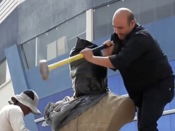 Retiran un buso de Evo Morales en un campo  deportivo