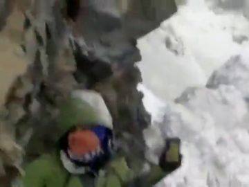 Varios turistas arriesgan su vida para grabar con el móvil una avalancha en la India