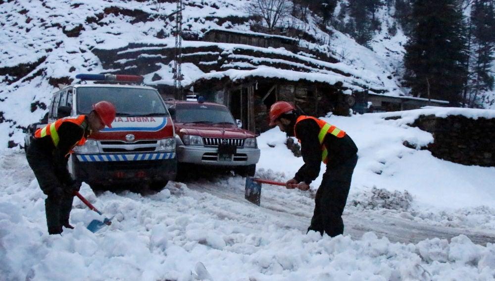Rescate de una persona atrapada por la nieve en Pakistán