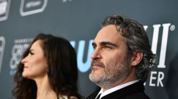 Joaquin Phoenix junto a su hermana Rain en los Critic's Choice Awards