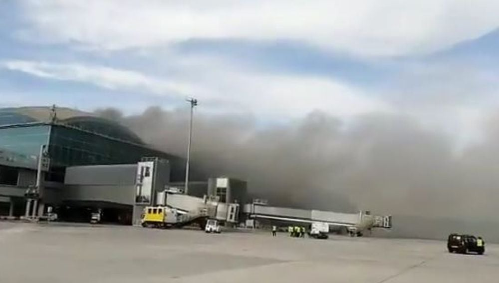 Columna de humo, vista desde los exteriores del aeropuerto Alicante-Elche.