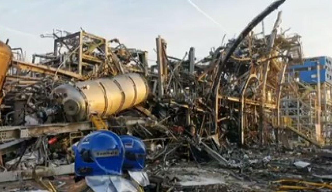 Primeras imágenes de la zona cero de la petroquímica de Tarragona tras la explosión
