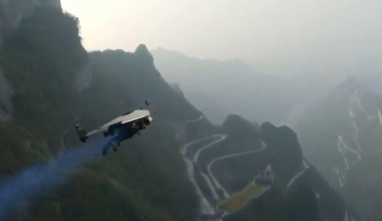 En China,  dos hombres han atravesado la conocida Puerta del Cielo con mochilas propulsoras