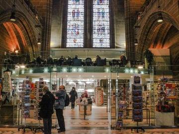 Restaurante y tienda en la catedral de Liverpool