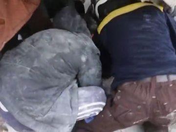 Rescatan con vida a una niña entre los escombros de un edificio derrumbado en Alepo, Siria
