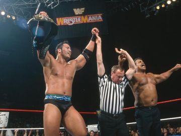 Dwayne Johnson y su padre Rocky Johnson en un combate