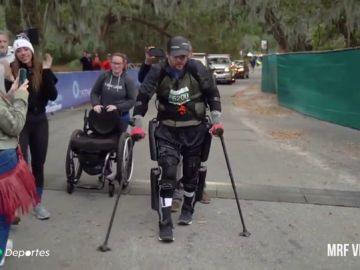 "Adam Gorlitsky bate el récord mundial de acabar un maratón con exoesqueleto: ""Cuando con ando con él no me siento discapacitado"""