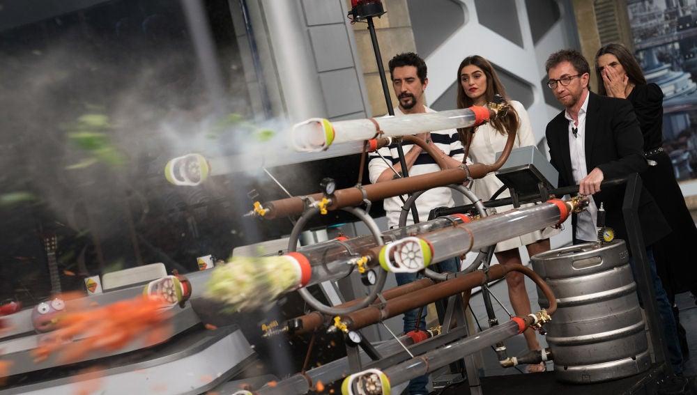 Ángela y Olivia Molina alucinan con la ametralladora de 'El Hormiguero 3.0' para hacer una ensalada exprés