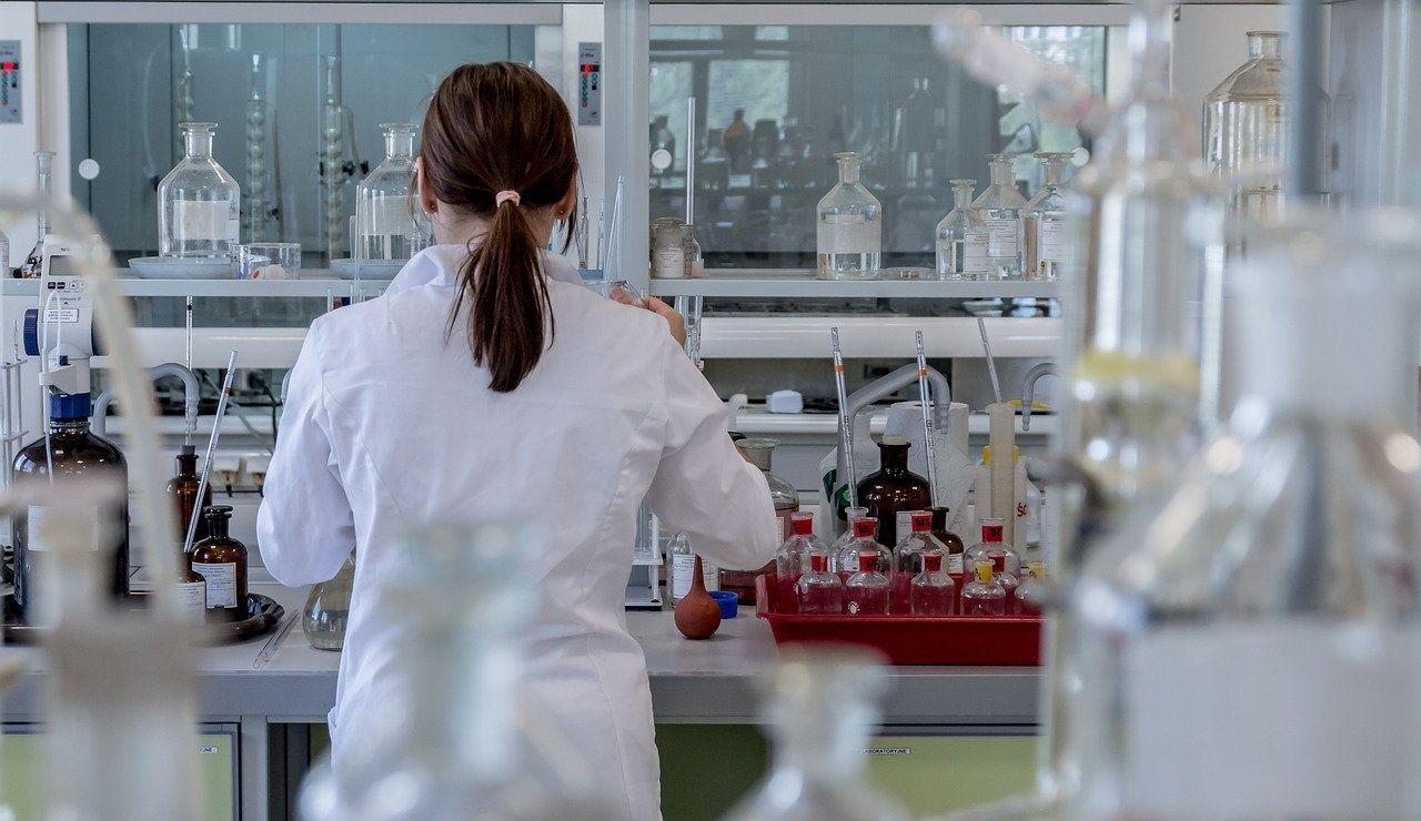 mujer trabajando en un laboratorio