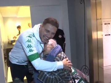 Joaquín, junto a una veterana aficionada del Betis