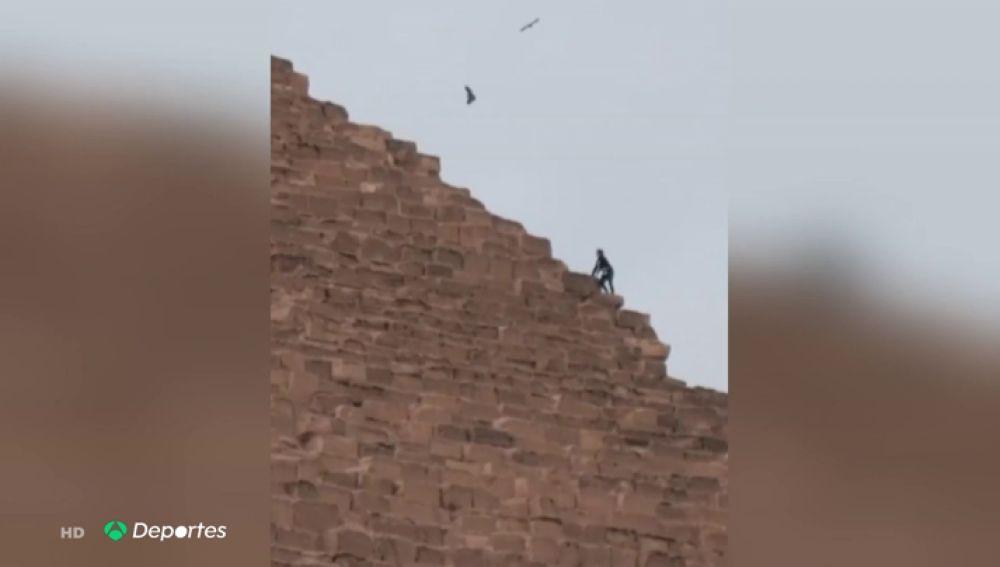 El 'influencer' Vitaly Zdorovetskiy escala la Gran Pirámide de Guiza con la policía persiguiéndole