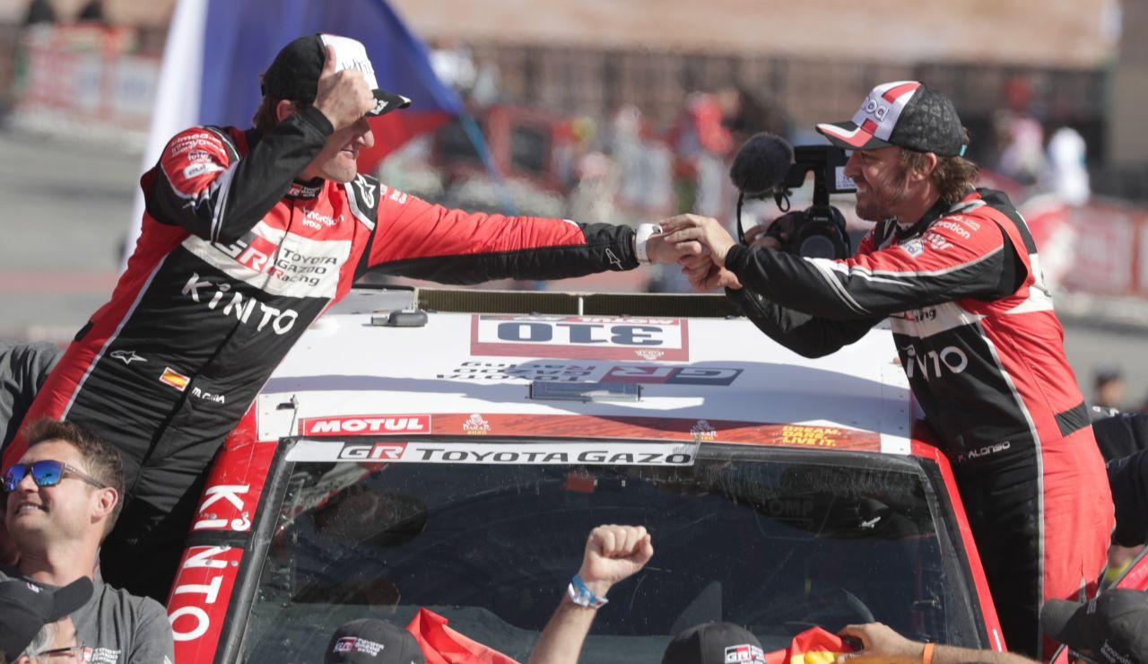 Fernando Alonso y Marc Coma al término del Rally Dakar