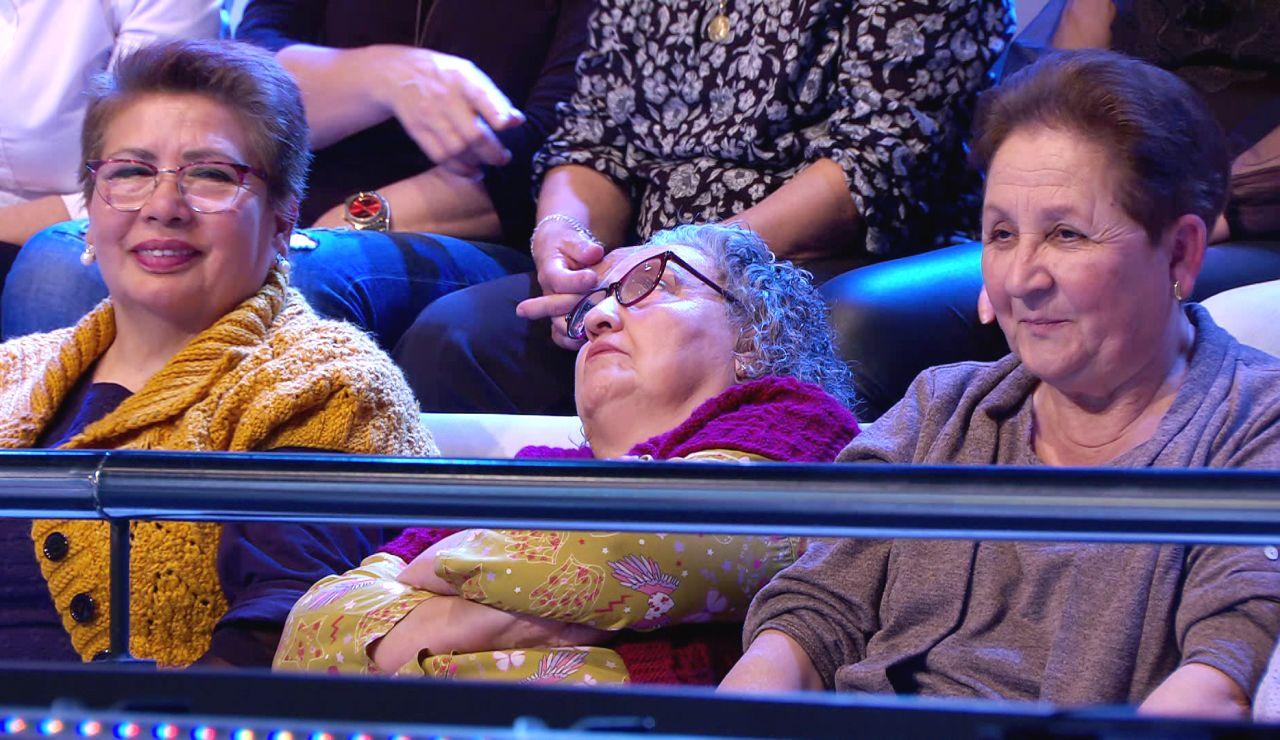 """La siesta """"de babilla y camisón"""" de una señora entre el público de '¡Ahora caigo!'"""