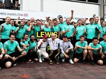 Lewis Hamilton celebrando con el equipo Mercede - Benz