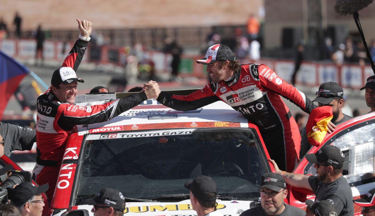 Fernando Alonso y Marc Coma tras finalizar la última etapa del Dakar