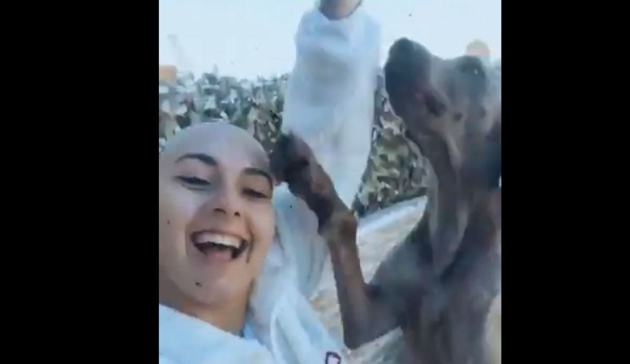 Imagen de la joven que ha compartido su alegría por superar el cáncer en Twitter