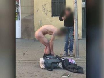 Un hombre desnudo se droga en pleno barrio del Raval, en Barcelona