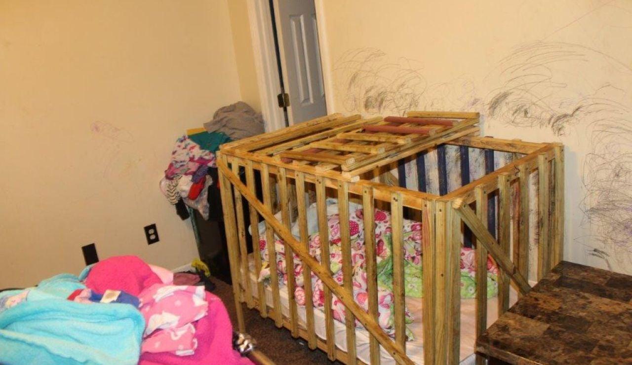Jaula donde mantenían encerrados a los niños