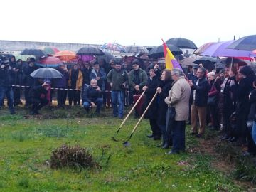 Imagen del acto simbólico en el cementerio hispalense de San Fernando