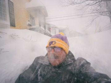 Un hombre se saca una foto en medio de la nieve en Canadá