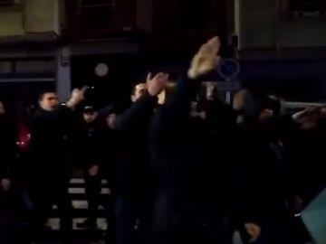 Radicales del Frente Atlético realizan el saludo nazi