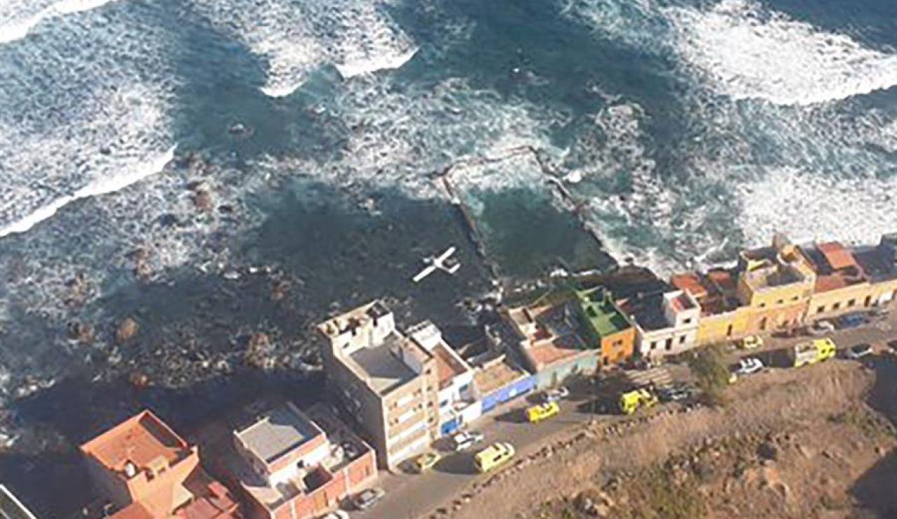 Ilesos los dos ocupantes de una avioneta precipitada al mar en Gran Canaria