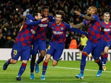 Los jugadores del Barcelona celebran el gol de Messi