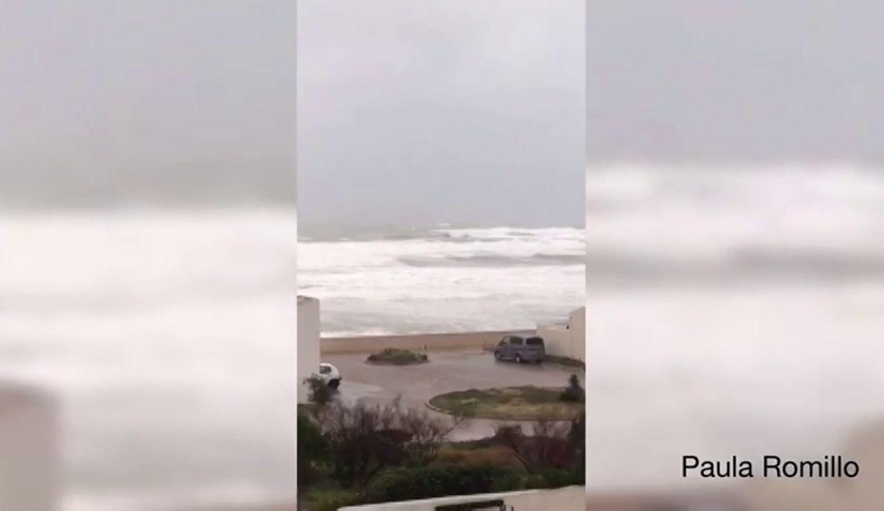 Las olas provocadas por el temporal obligan a desalojar una urbanización de Valencia