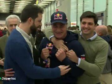 Locura en la llegada de Carlos Sainz tras su victoria en el Dakar
