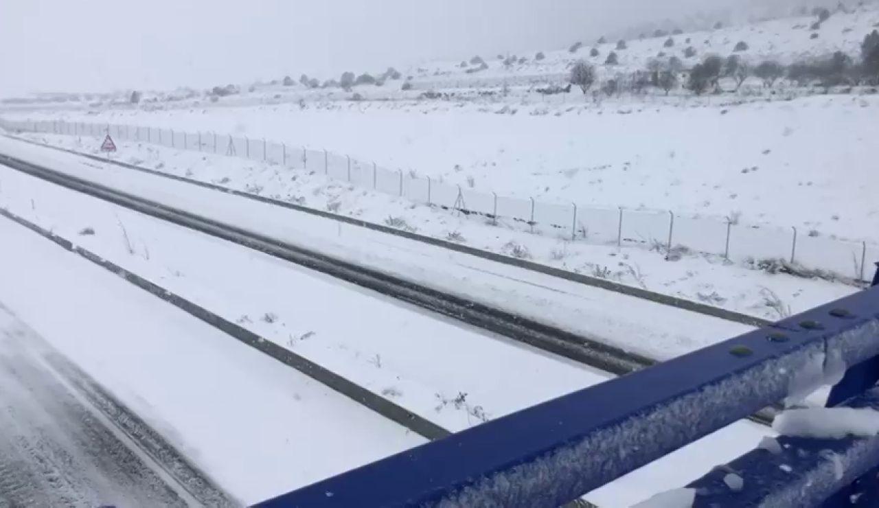 Una gran nevada incomunica la localidad alicantina de Villena