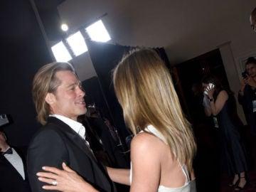 Brad Pitt y Jennifer Aniston celebran sus premios SAG en el backstage