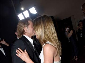 Brad Pitt y Jennifer Aniston comparten un abrazo en el backstage de los Premios SAG
