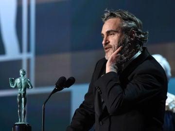 Joaquin Phoenix recogiendo su premio enlos SAG Awards