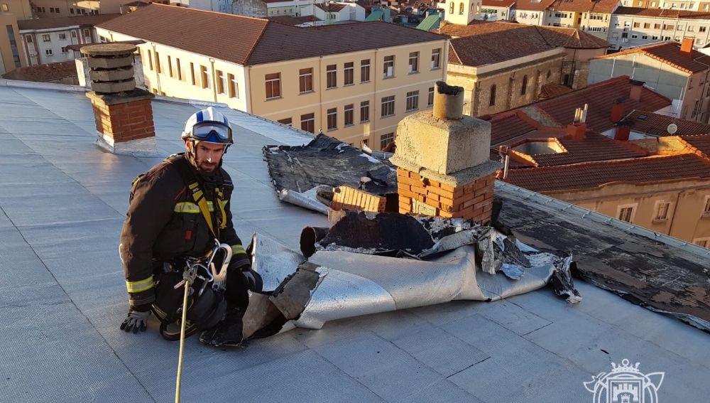Un bombero en el tejado de un edificio