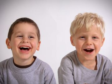 Niños riéndose