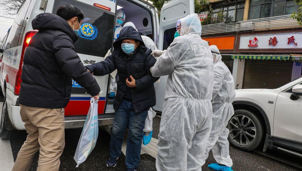 Un grupo de sanitarios atiende a un paciente en Wuhan, China