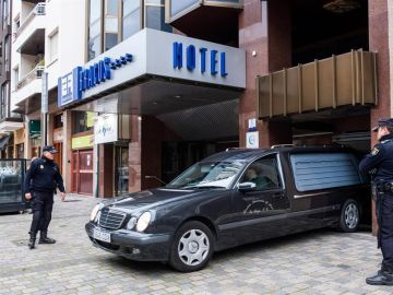Un coche fúnebre sale del hotel de Logroño