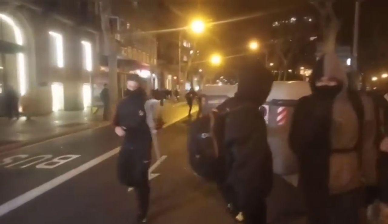 Decenas de personas se manifiestan cerca del Parlament en protesta por la retirada del escaño de Torra