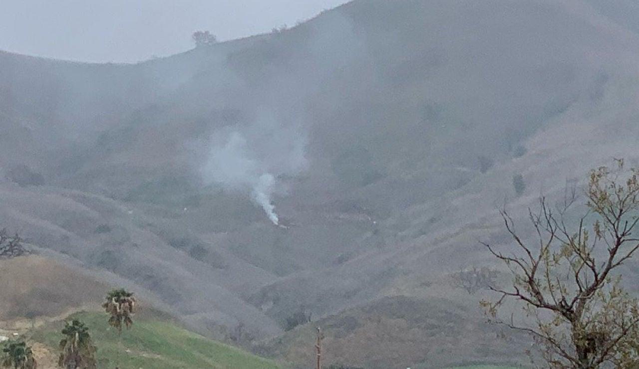 Una columna de humo en el lugar donde chocó el helicóptero de Kobe Bryant
