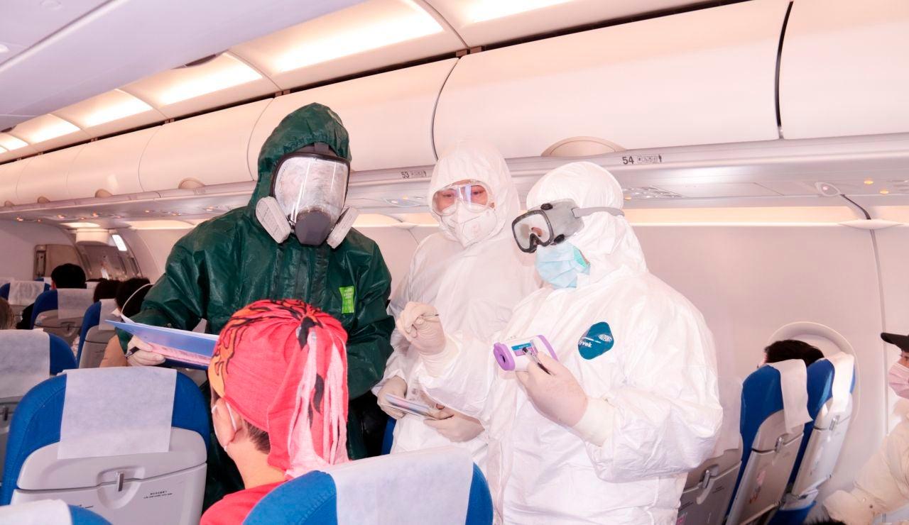El personal médico toma la temperatura a los pasajeros