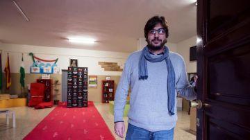 El director del colegio de las Misioneras Cruzadas, José Miguel Santos, posa junto a la alfombra de los Goya